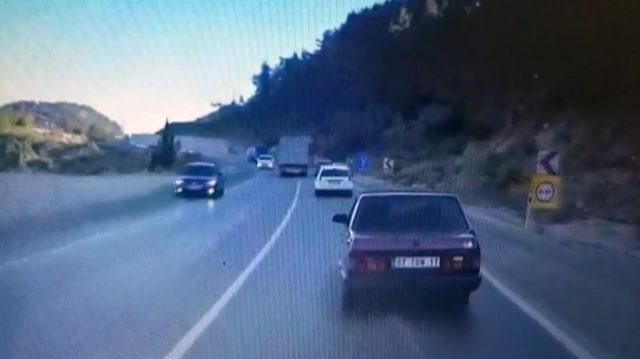 Trafikte makas atan TIR'ın görüntüsü kamerada