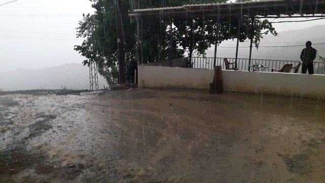 Derecik'te sağanak, cadde ve sokakları göle dönüştürdü