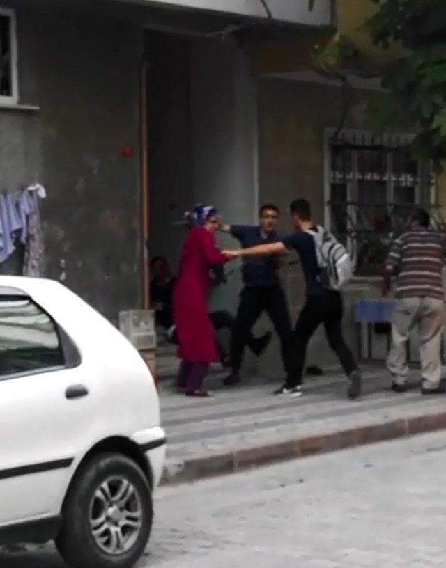 Çocuklar kavga etti, aileler sopalarla birbirine girdi