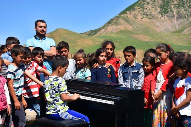Görme engelli Bager, köydeki öğrencilere piyano ile konser verdi