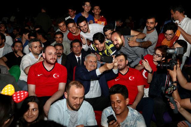 Binali Yıldırım, Türkiye-İzlanda maçını gençlerle izledi