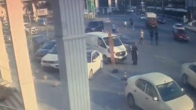 Güngören'de tramvayın otomobile çarpma anı kamerada