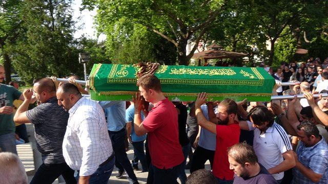 Markete giren otomobilin altında kalan kadın çalışan öldü (2)