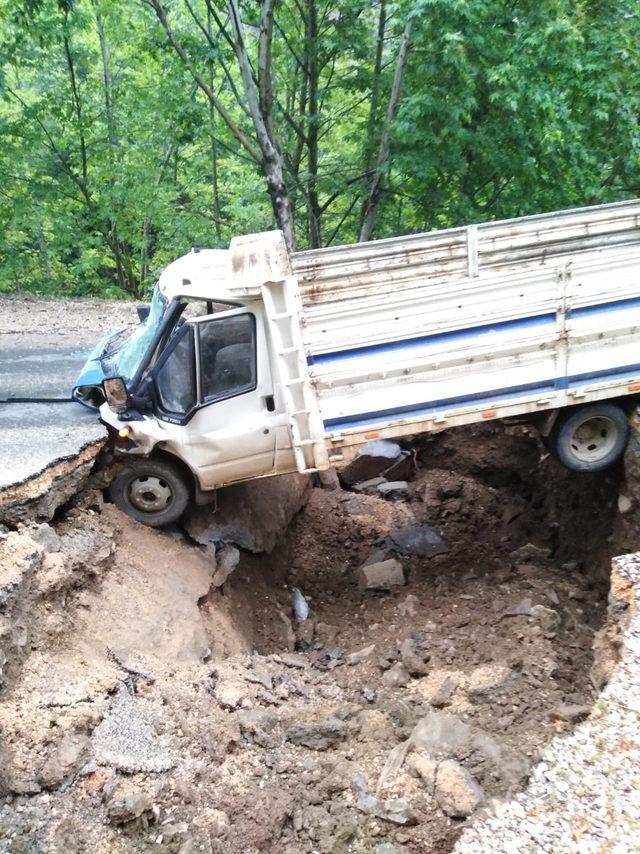 Sağanak nedeniyle çöken yola düşen kamyonetin sürücüsü yaralandı