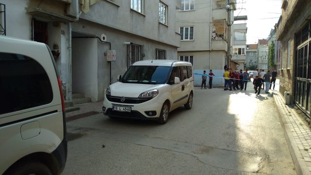 Silahlı saldırıdan kaçan kişi, otomobiliyle elektrik direğine çarptı
