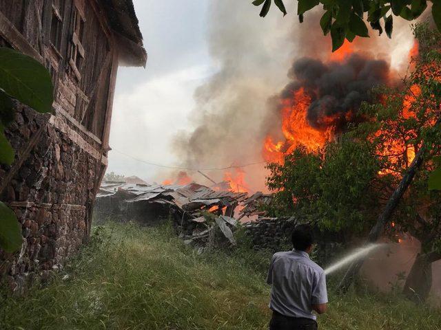 Bolu'da yıldırım isabet eden 2 ev yandı