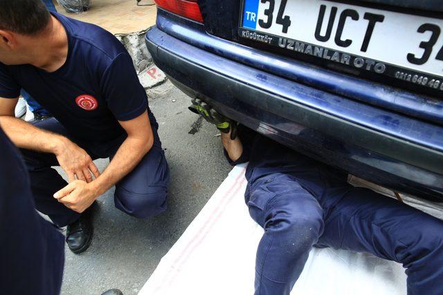 (Özel) Otomobilin şaftına sıkışan yavru kediyi itfaiye kurtardı