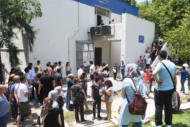 Geç kalan öğrenci salona alınmayınca giriş belgesini yırttı (2)