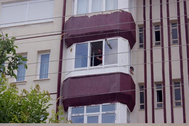 Maganda kurşunu, pencereden girip tavana saplandı