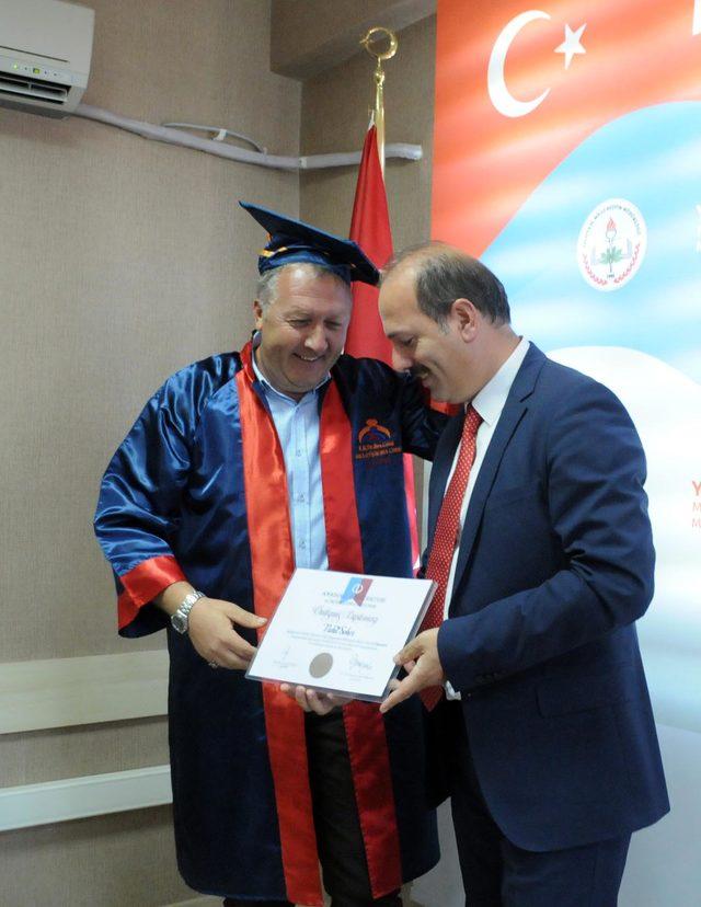 Milli Eğitim Müdüründen 50 yaşında üniversite bitiren şoförüne sürpriz kep töreni