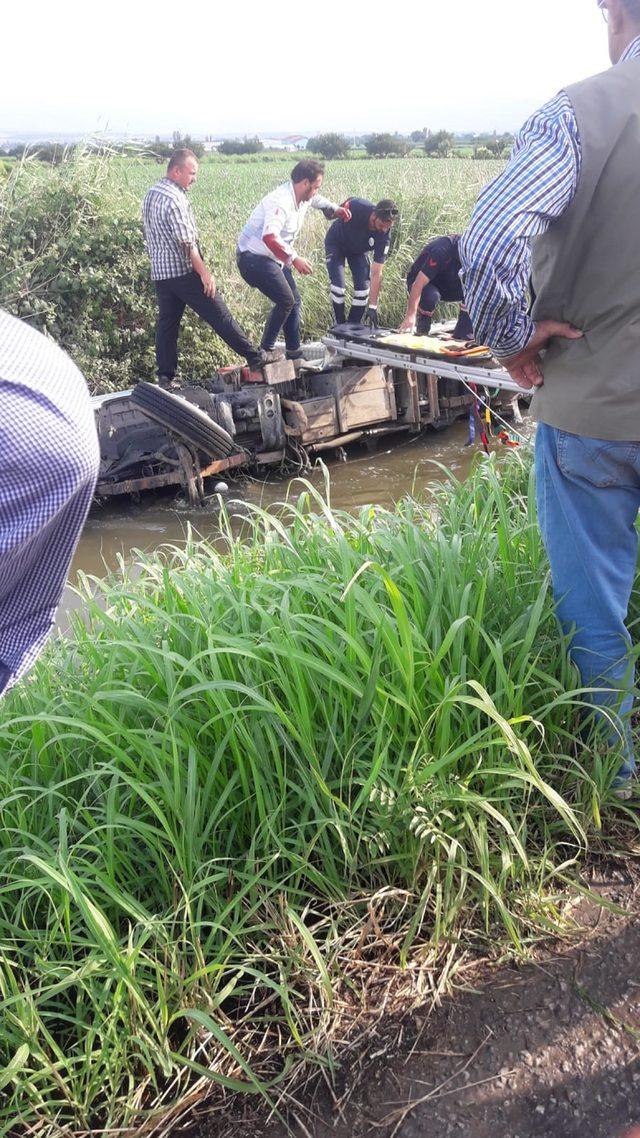 Sulama kanalına devrilen kamyonetten kendi imkanlarıyla çıktılar