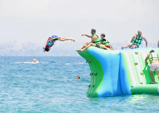 Tatilcilerin denizdeki oyun parkuru eğlencesi