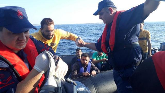 Enez'de, 2 lastik botta 73 kaçak yakalandı