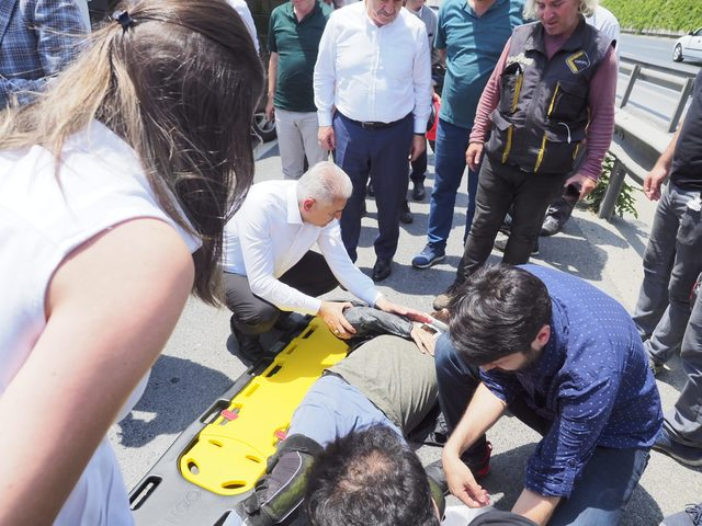 Binali Yıldırım kaza yapan motosiklet sürücüsüne müdahale etti