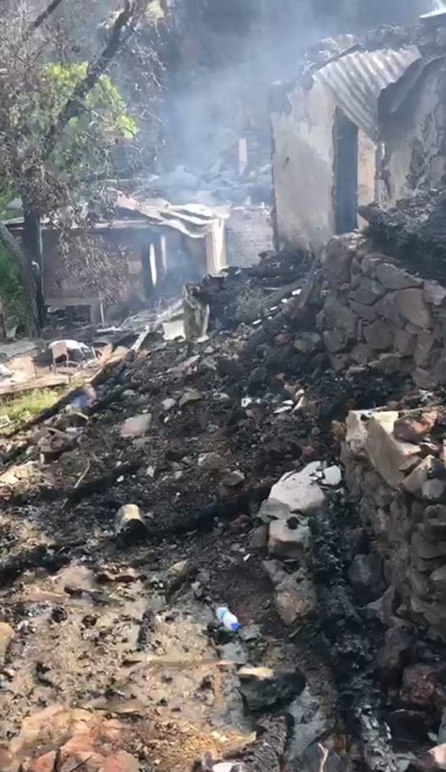 Yusufeli'nde yanan 10 evden geriye enkaz yığınları kaldı