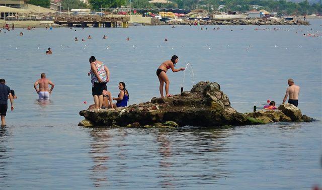 Denizdeki kayalıktan kaynayan tatlı su ilgi çekiyor