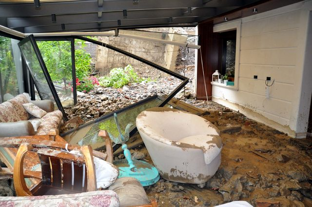 Ankara'da sağanak yağışın ardından villanın giriş katı sel sularıyla doldu