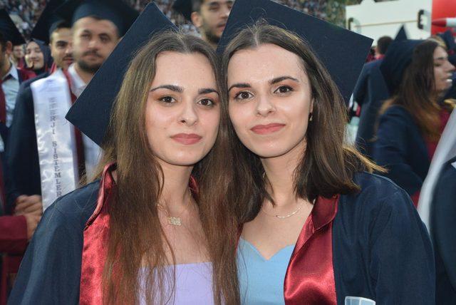 Karabük Üniversitesi'nin ikiz hemşireleri mezun oldu