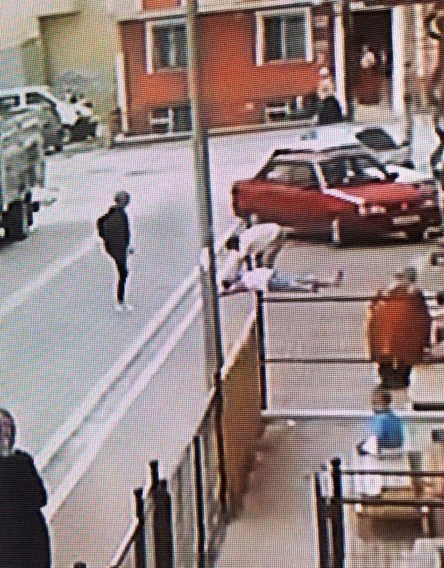 Trafik cezasına sinirlenen baba, oğluna saldırıp aracın camlarını kırdı