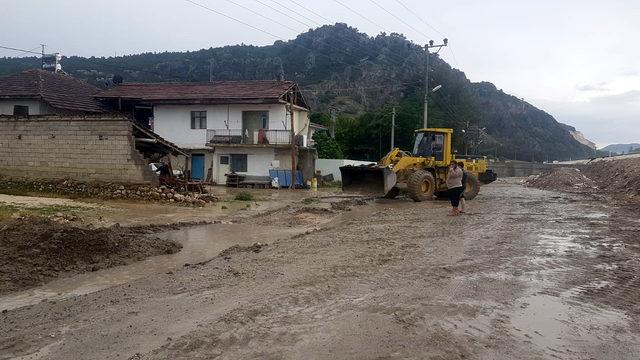 Burdur'da şiddetli yağış su baskınlarına yol açtı