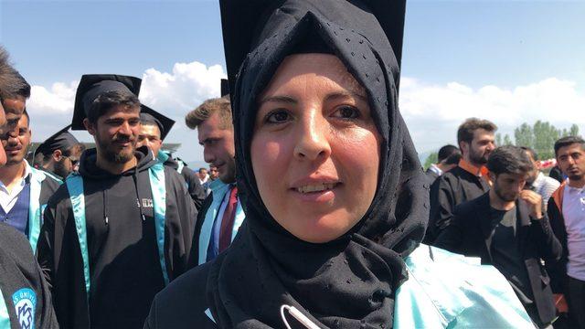 İki çocuk annesi üniversiteyi birincilikle bitirdi