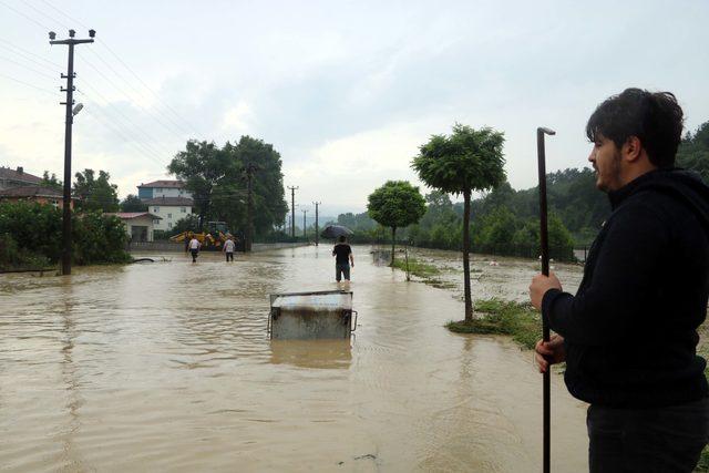 Alaplı'da çay taştı, ev ve iş yerlerini su bastı