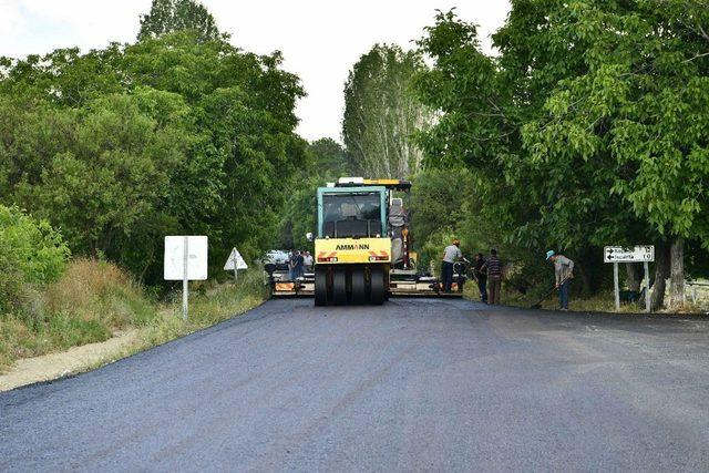 Vali Seymenoğlu, köylüden asfalt dökülen köy yolunda hız yapmama sözü aldı