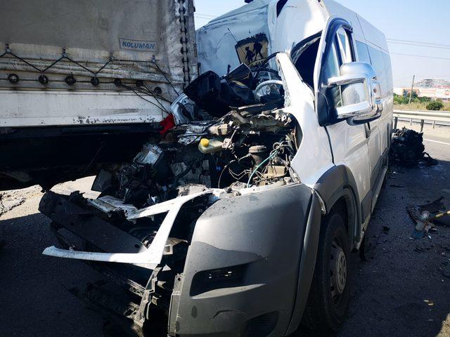 TIR'a arkadan çarpan minibüsün sürücüsü ağır yaralandı