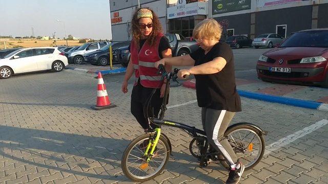 Kadınlar bisiklet sürmeyi öğreniyor