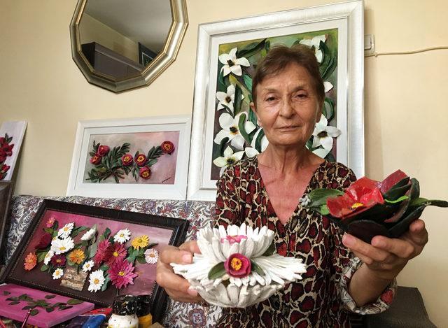 35 yıldır yaptığı seramik çiçeklerle yaşama bağlandı