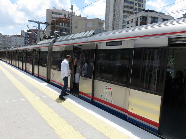 Marmaray arıza yaptı; vatandaşlar raylarda yürüdü (1)