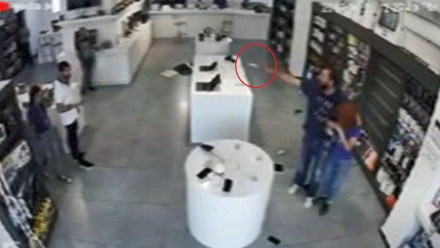 Kadın çalışanı rehin alıp, mağazayı soymaya kalktı