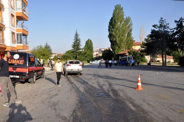 Ankara'da yolcu minibüsü ile otomobil çarpıştı: 7 yaralı