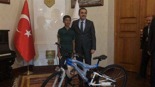 Kars Valisi'nden LGS şampiyonuna altın, ikizine bisiklet