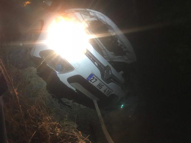 Otomobil evin bahçesine uçtu: 2 yaralı