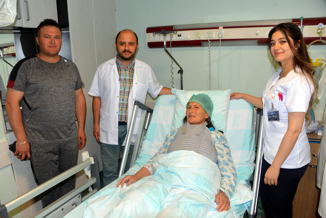 Önce ameliyatla sonra kan vererek hastasının hayatını kurtardı