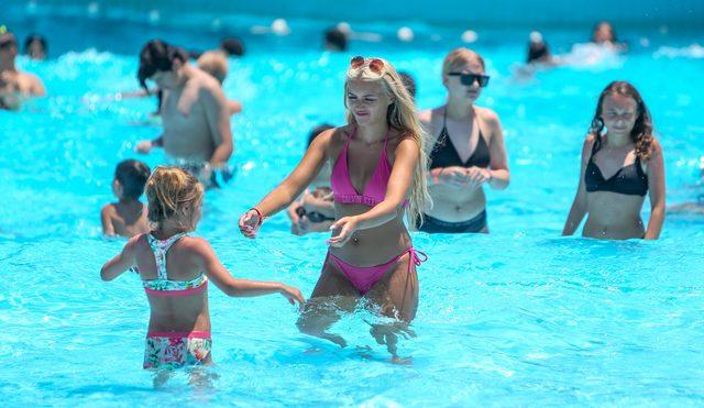 Antalya'da sıcakta bunalanlar deniz ve havuzlara koştu