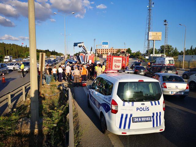 Tuzla'da bariyerlere çapan otomobil takla attı: 2 yaralı