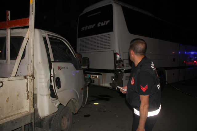 Sivas'ta kamyonet park halindeki otobüse çarptı: 3 yaralı