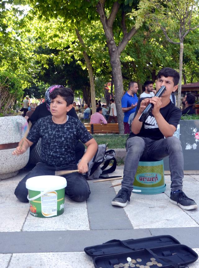Turşu kovalı Suriyeli sokak müzisyenleri