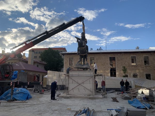 Bayburt'ta sökülen 'Atatürk heykeli' yerine konuldu