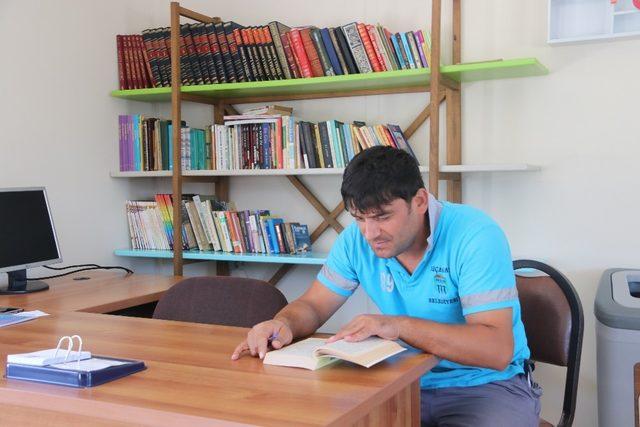 Çöplerden topladıkları kitaplarla kütüphane açtılar
