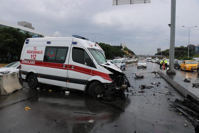 Ataşehir D-100 Karayolu'nda ambulans kaza yaptı: 3 yaralı