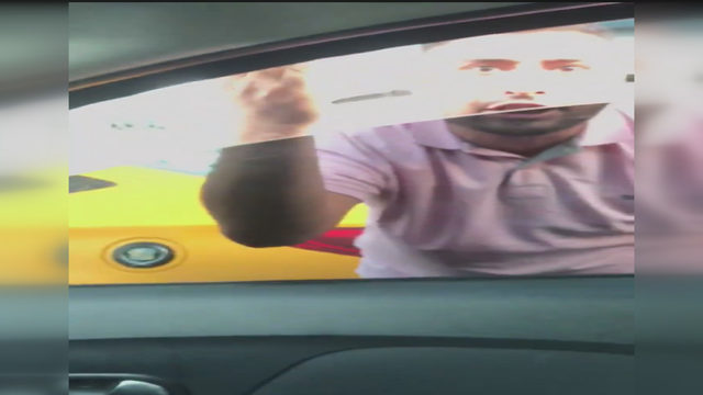 yol-vermedi-diye-yol-kesip-tehdit-eden-taksici-kamerada_5822_dhaphoto2