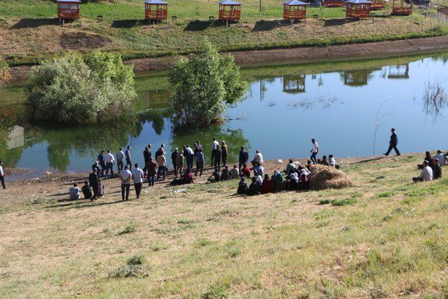 Yüksekova'da, baraj gölünde kaybolan 2'si kardeş 3 çocuk aranıyor