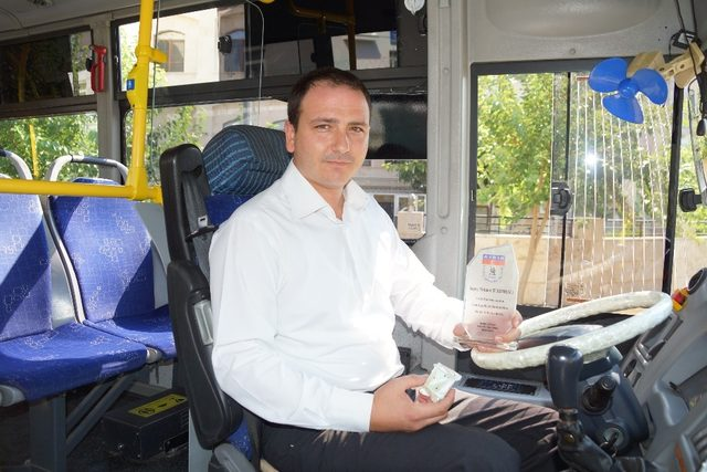 Ayın şoförüne ödülünü Aydın Forum AVM müdürü Kabakçı verdi