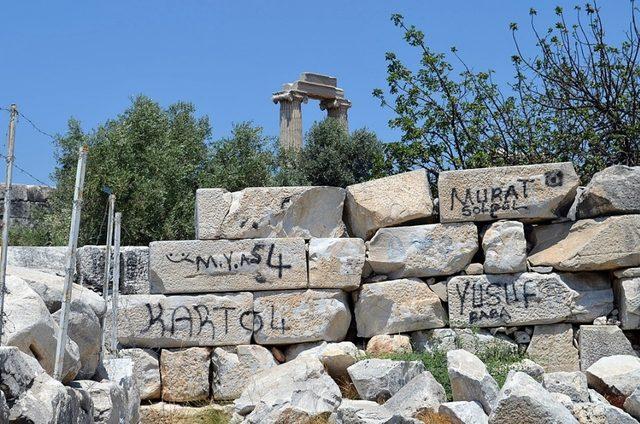 Binlerce yıllık tapınağın duvarlarındaki çirkin yazılar tepki çekti