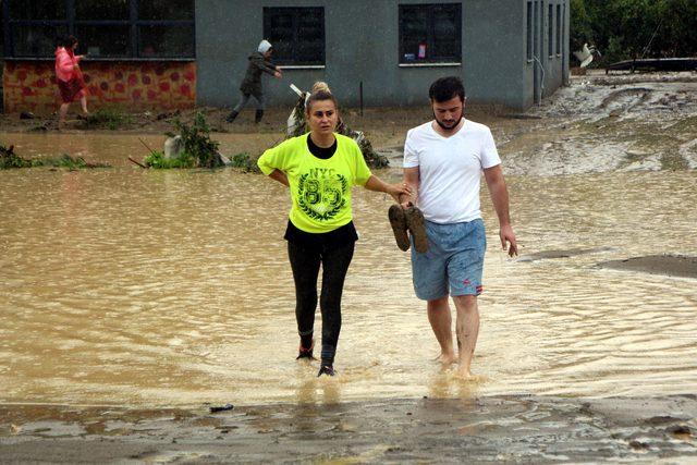 Düzce'de sel: 23 köy yolu kapandı, mahsur kalanlar helikopterle kurtarılıyor - Yeniden