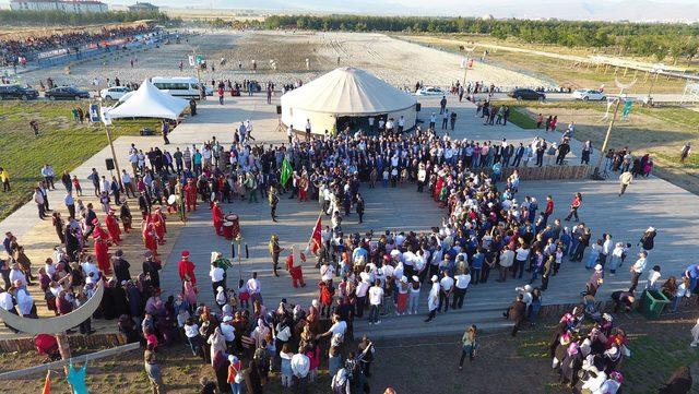 'Türk Oyunları Şöleni' Erzurum'da başladı