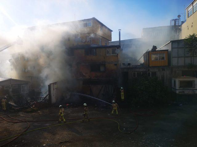 Pendik'te bir kömürlükte çıkan yangın binalara sıçradı
